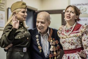 ВЕТЕРАН ВОЙНЫ И ДВЕ КАЗАЧКИ