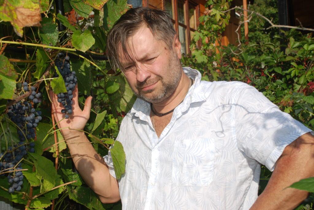мужчина возле виноградника