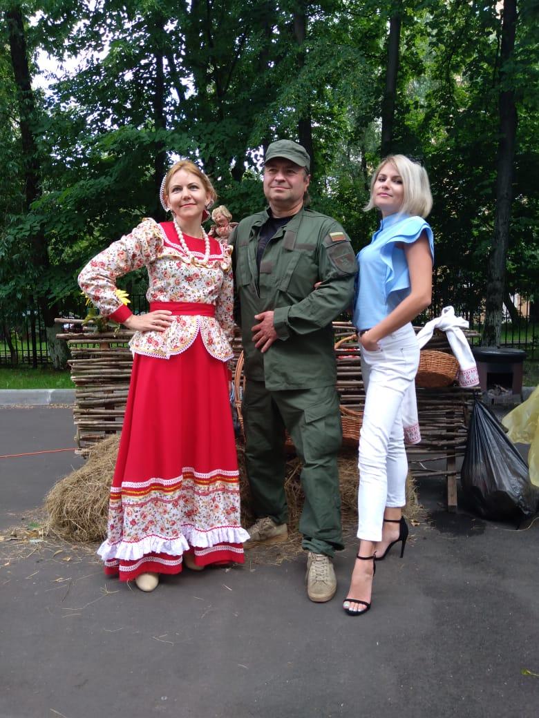 Казак в комуфляже и две казачки у плетня